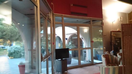 Hôtel Kyriad Frejus Port : Accueil vue du restaurant