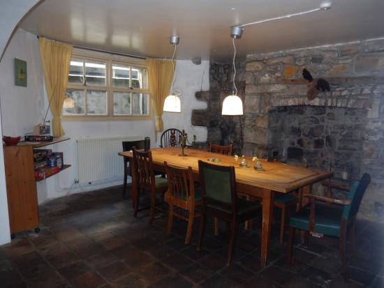 Totters Backpackers: Great dining room area in the basement adjacent to kitchen area