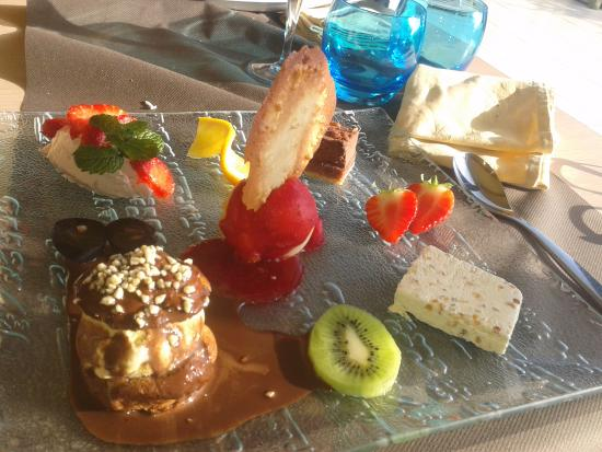 assiette de desserts photo de restaurant le grand bleu penmarch tripadvisor. Black Bedroom Furniture Sets. Home Design Ideas