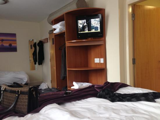 ‪‪Premier Inn Manchester Altrincham Hotel‬: Ensuite room with tv‬