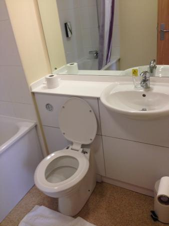 Premier Inn Manchester Altrincham Hotel: Bathroom