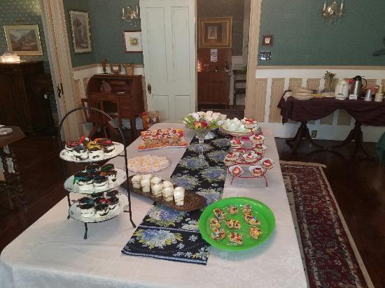 Grace Manor: mini dessert bar