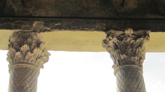 Campello sul Clitunno, Italia: le colonne