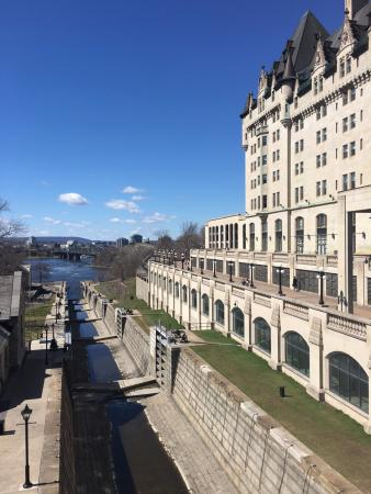 Fairmont Chateau Laurier: Canal directly beside hotel