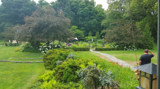 Hawley, Pensilvania: the grounds are very well taken care of, clean and the gardens are beautiful.