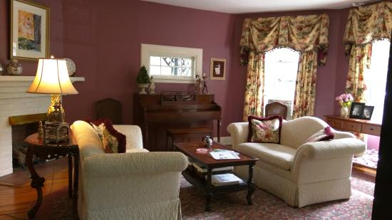 Pinecrest Bed & Breakfast : Parlor with fireplace and piano for guests