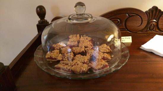 Pinecrest Bed & Breakfast : Dessert served every afternoon