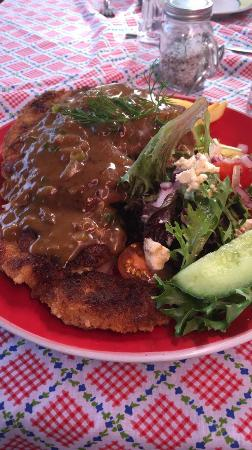 Howlong, Australien: chicken snitzel with Diane sauce, chips and salad