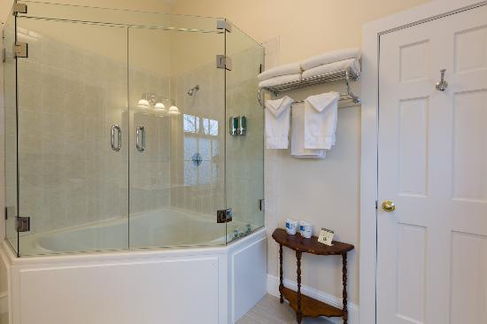 The Salem Inn: Wirlpool tub and shower in Peabody House suite