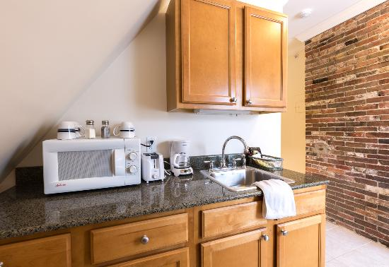 The Salem Inn: Kitchenettes available in Peabody House suites