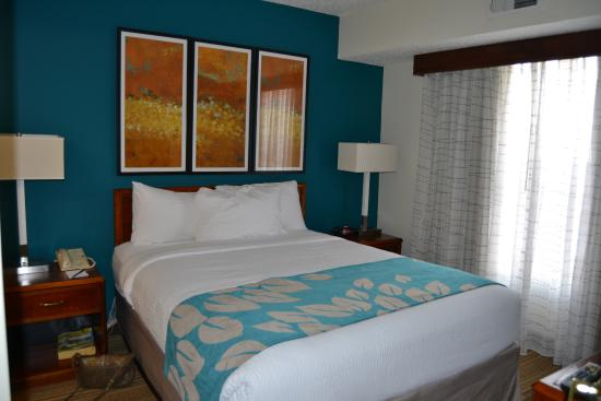 Nice colors in the bedroom. - Picture of Residence Inn ...