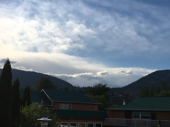 Days Inn & Conference Centre - Penticton: Looking above buildings at mountains and beautiful cloud formations