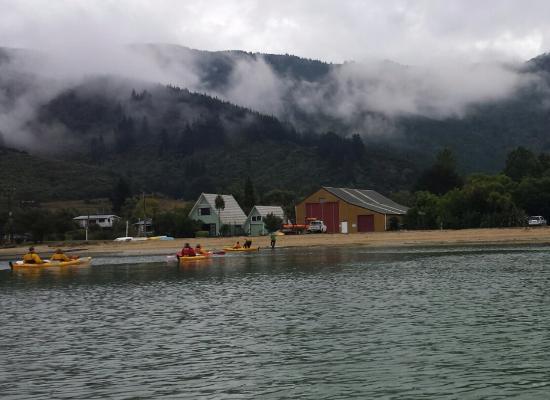 Anakiwa, Selandia Baru: Kayaking departs 100m from lodge.