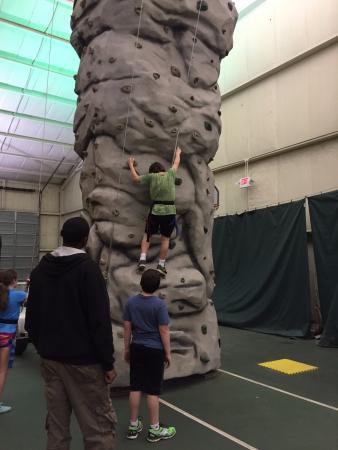Callicoon, estado de Nueva York: Indoor bounce house also had rock climbing wall.