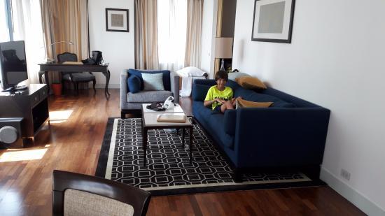 เนเชอรัล วิลล์ เอ็กซ์แซคคูทีฟ เรสซิเดนซ์: Enjoying the plush, comfy sofa in spacious living room suite