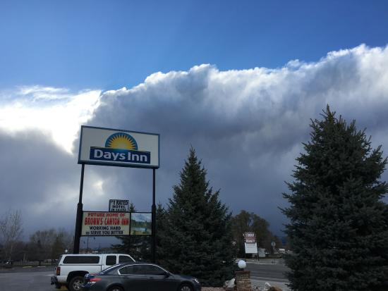 Browns Canyon Inn: Incredible Salida Colorado clouds over the sign