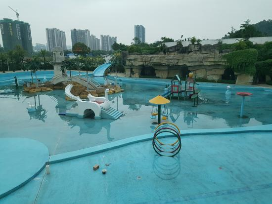Clifford Hotel and Resort Center : sad state of affair of the water theme park