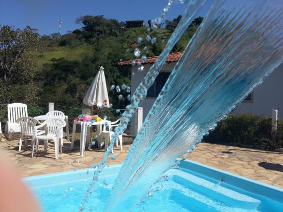 Pousada Cravo e Canela: Piscina com cachoeira