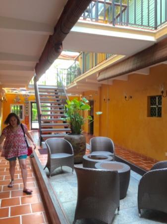Yeng Keng Hotel: Sitting area in the internal courtyard.