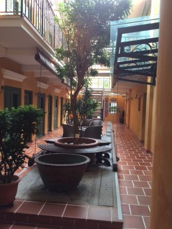 Yeng Keng Hotel: Courtyard dividing the rooms on the ground floor.