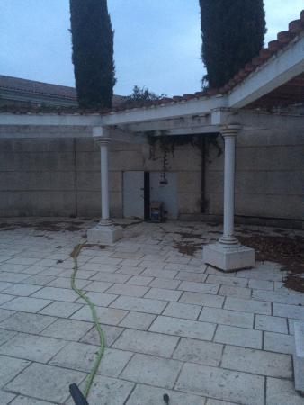 Aurons, Prancis: L'état lamentable de la piscine.... Photo prise fin avril