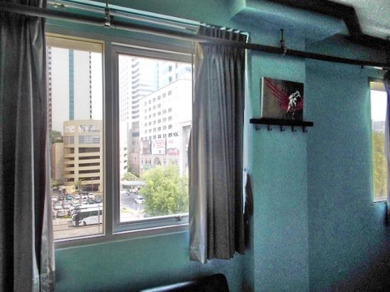 Saphaipae Hostel: В номере два окна. Светло и тихо.