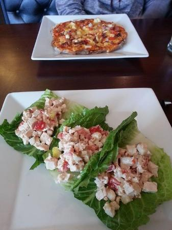 Vulcan, Canadá: Chicken and pear lettuce wraps in front, a small Charinity pizza in the back