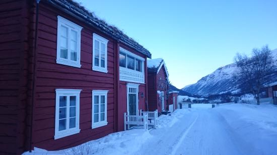 Oppdal Municipality, Noruega: The view towards Drivdalen, with one of the old farmhouses in front