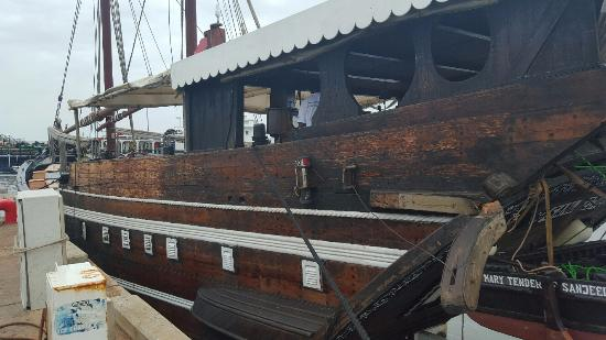 Xefina Pequena: Sy Sanjeeda dhow in the harbour.