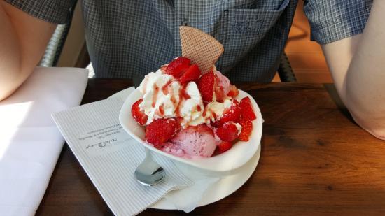 Wedel, Alemania: Erdbeer-Becher