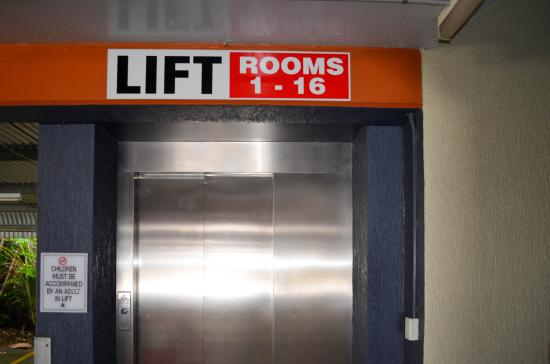 Airport Motel: Lift to Deluxe room