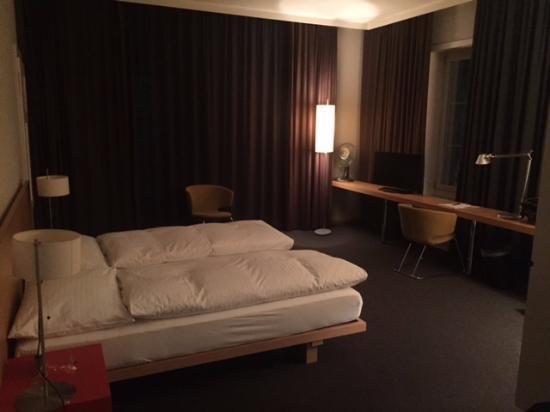 Hotel Baeren: La chambre très spacieuse, photo prise de nuit.