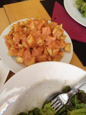 Fotos de salada deliciosa com maçã, frutos seco e queijo de cabra caramelizado, croquetes de alh