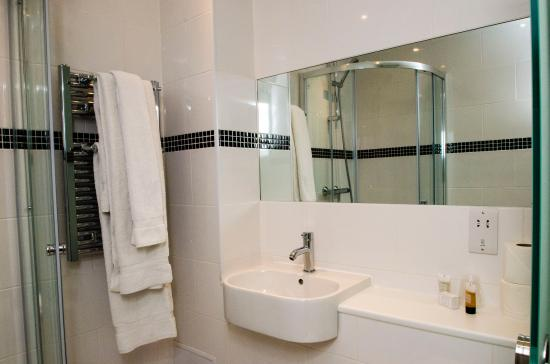 Reem Hotel: Refurbished bathroom