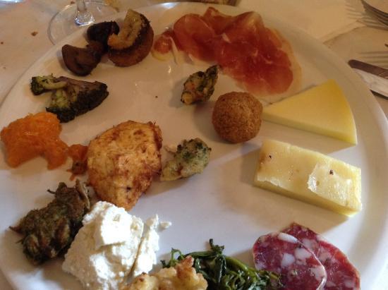 Montalbano Elicona, Italia: Ottimo antipasto della casa,un vero peccato non assaggiare salumi e formaggi con i fritti....