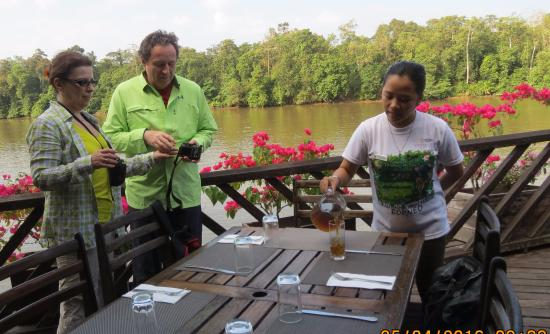 Kinabatangan District, Maleisië: refreshments on the riverside terrace