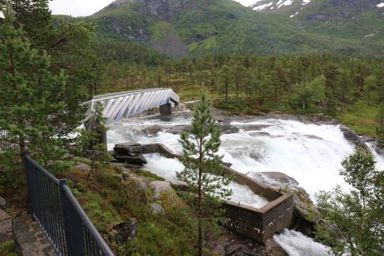 Forde, Noruega: Die schmale Brücke