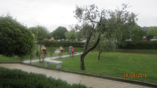 San Feliciano, Italië: Зона барбекю слева и наверху парковка