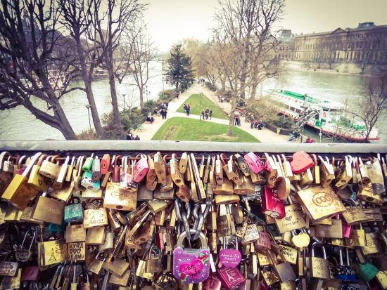 """Paris, Prancis: The padlock of love """"LEA y VANE"""" is the most outstanding in the Pont-Neuf."""