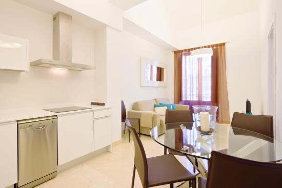 Habitat Suites Gran Via: Zona comedor y cocina