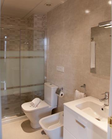 Habitat Suites Gran Via: Cuarto de baño con ducha