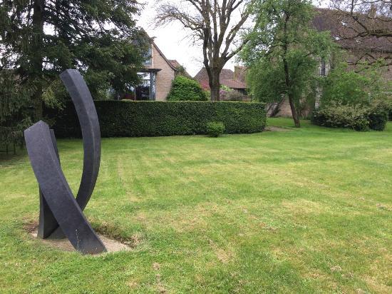 L'Atelier Du Relais : Huge garden.
