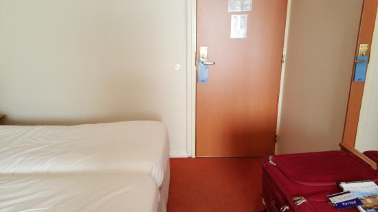 Kyriad Rennes Nord : Exterior door to hallway.