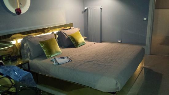 Hotel Borgo Nuovo : Suite dotata di letto kingside e cuscini foto di hotel borgo