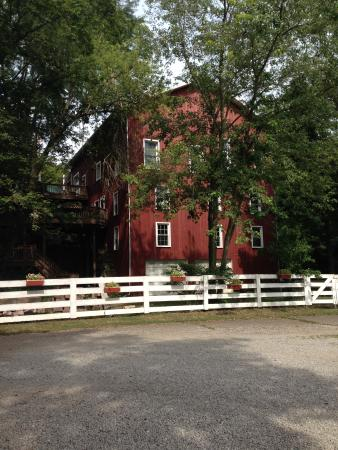 Mount Vernon, OH: Parking lot at the beautiful barn at Howard.