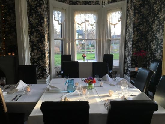 ستون مايدين إن: Dining room set up for large group dinner