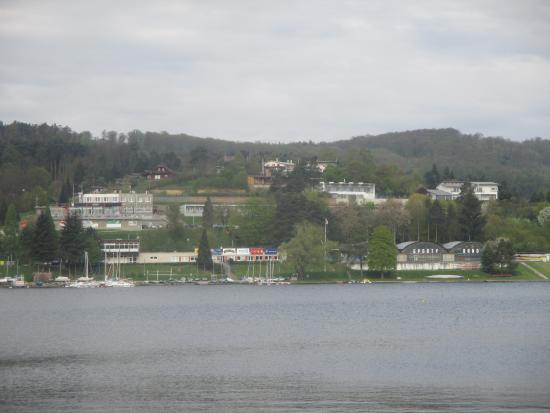 Hotel Rakovec: Pohled na hotel z protějšího břehu přehrady