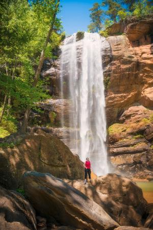 Toccoa Falls, GA: Nice scale to this fall
