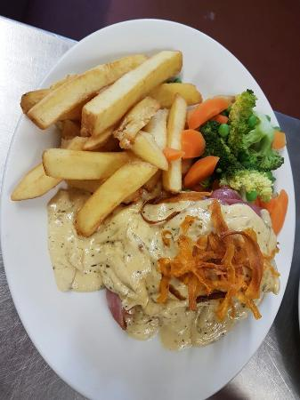 Rosemarkie, UK: Our balmoral chicken with haggis & black pudding with carrot crisps, veg and chips.