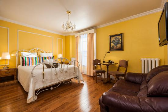 Chateau de l'Argoat: Superior room, one queen bed, whirlpool bath